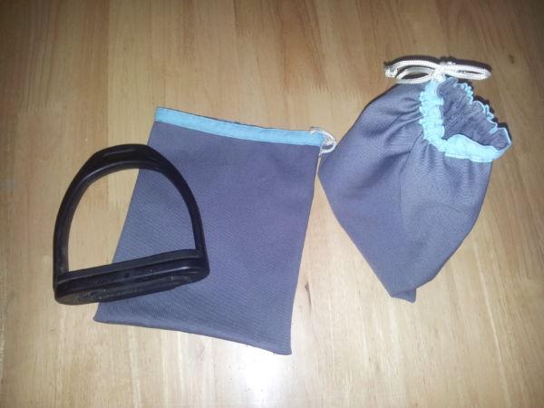<strong>Housse d'étriers grises et bleues</strong> <em>Housses d'étriers en coton gris bordé turquoise.</em><br  /></p><p>