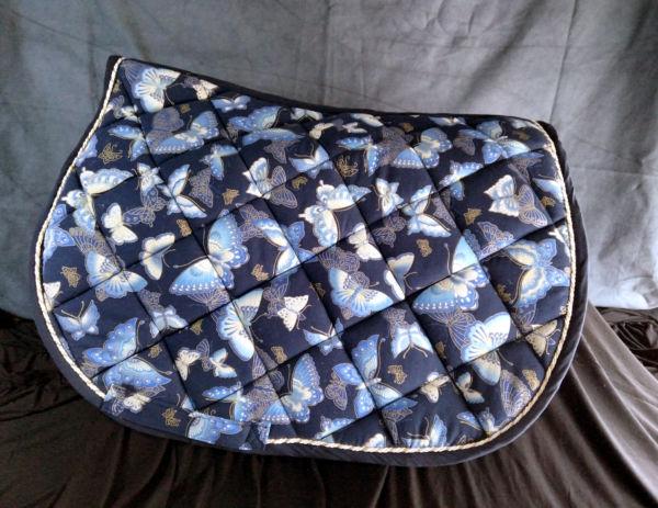 <strong>Tapis coton japonais bleu papillons 1</strong> <em>Tapis de selle en coton japonais bleu marine imprimé papillons. </em><br  /></p><p>