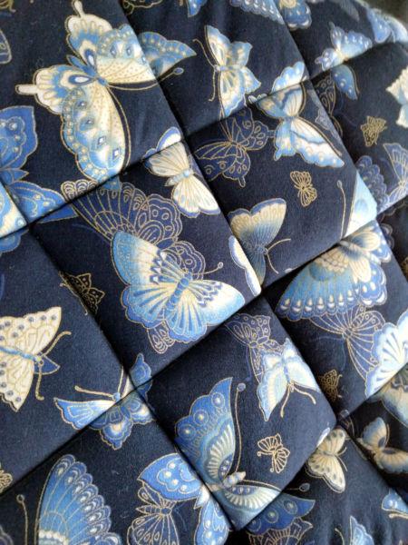 <strong>Tapis coton japonais bleu papillons détails 2</strong> <em>Tapis de selle en coton japonais bleu marine imprimé papillons. Détail du matelassage</em><br  /></p><p>