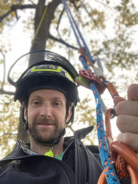 <strong>portait élagueur grimpeur</strong> <em>Arboriste Elagueur, travail sur corde permettant une sécurité optimale</em><br  /></p><p>Ascension sur corde afin d'effectuer un travail en sécurité
